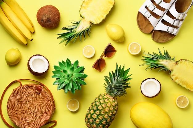 Bolsa de ratán, zapatos y frutas amarillas sobre fondo soleado.