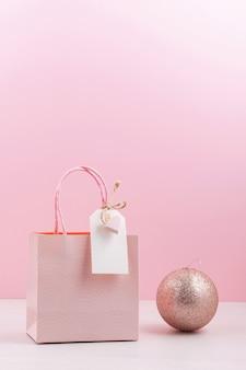 Bolsa de regalo rosa con etiqueta vacía.