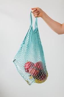 Bolsa reutilizable de primer plano con frutas orgánicas