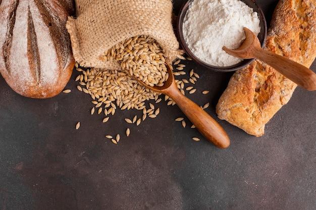 Bolsa de semillas de trigo y tazón de harina
