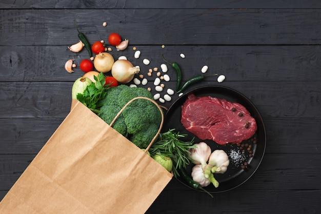Bolsa de supermercado con comida saludable