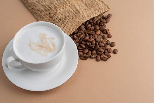Bolsa de tela con granos de café