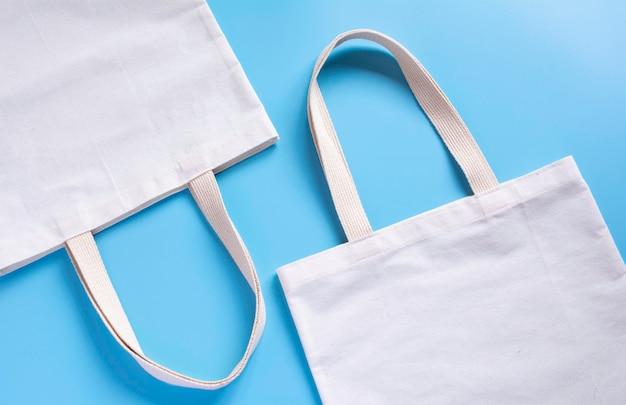Bolsa de tela de lona blanca.