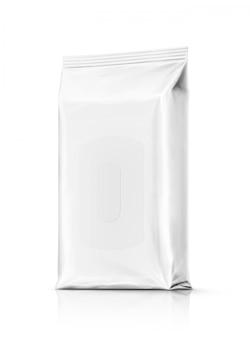 Bolsa de toallitas húmedas de papel de embalaje en blanco aislada