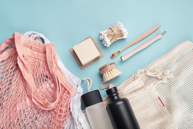 Bolsas de algodón, botellas de agua reutilizables y accesorios ecológicos.