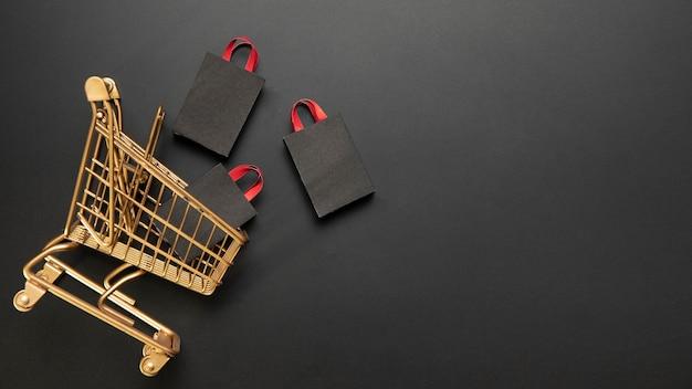 Bolsas de compras en carrito de compras dorado