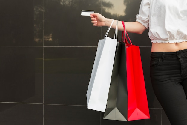 Bolsas de compras y concepto de compras de viernes negro de tarjeta