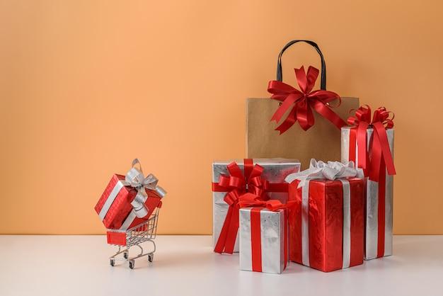 Bolsas de compras de papel y carrito de compras o carrito, muchas cajas de regalo