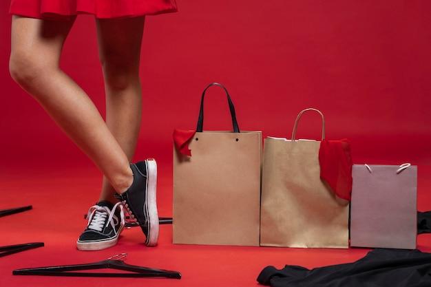 Bolsas de compras en el piso con fondo rojo