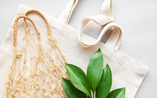 Bolsas de compras reutilizables sobre fondo blanco.