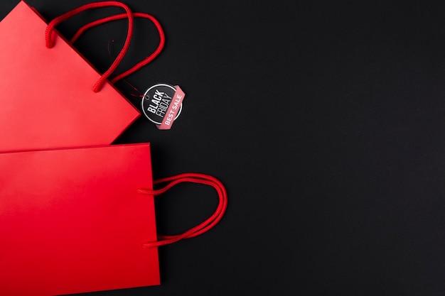 Bolsas de compras rojas con pegatina de viernes negro