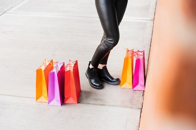Bolsas de compras tirado en el pavimento
