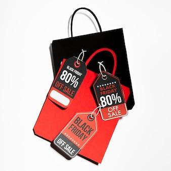 Bolsas de papel de colores con etiquetas de black friday