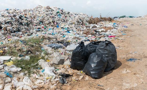 Bolsas negras de basura en vertedero municipal