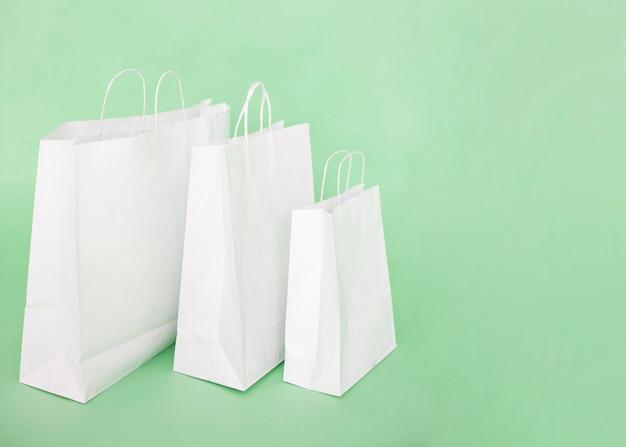 Bolsas de papel blanco sobre fondo azul claro