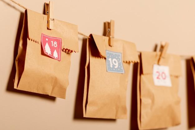 Bolsas de papel colgadas con ganchos en la pared