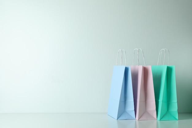 Bolsas de papel de colores en blanco sobre blanco