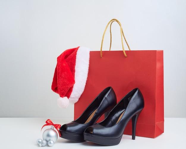 Bolsas de papel de compras navideñas con tacones altos