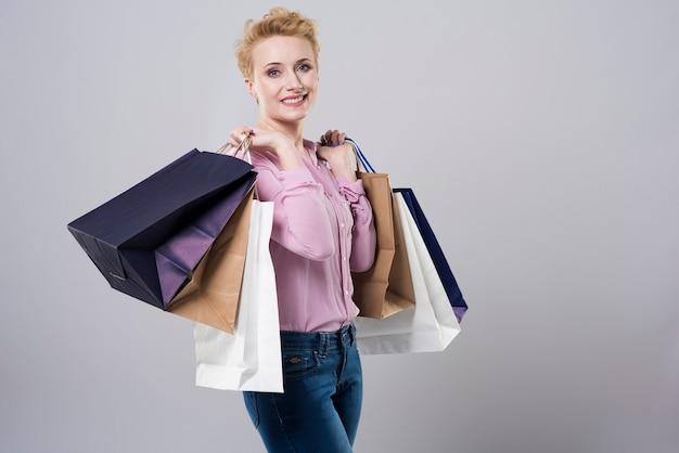 Bolsas de papel llenas de ropa