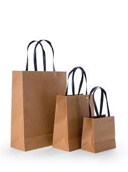 Bolsas de papel marrón aisladas sobre superficie blanca