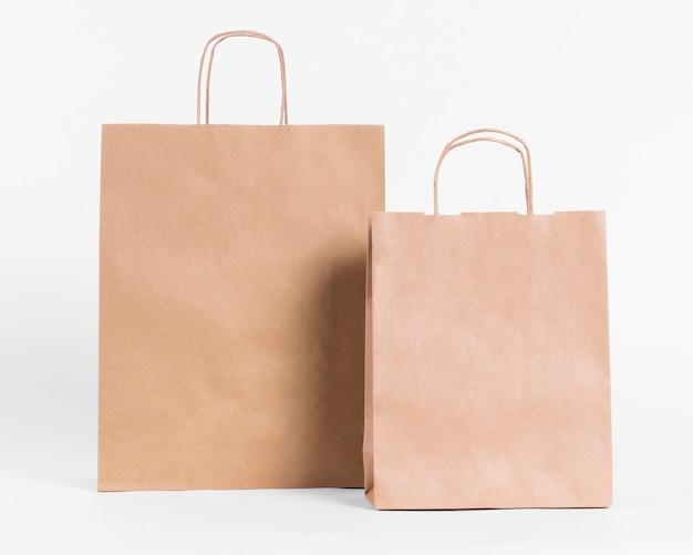 Bolsas de papel marrón de vista frontal para ir de compras