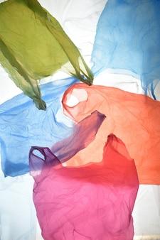 Bolsas de plástico de colores usados y transparentes.