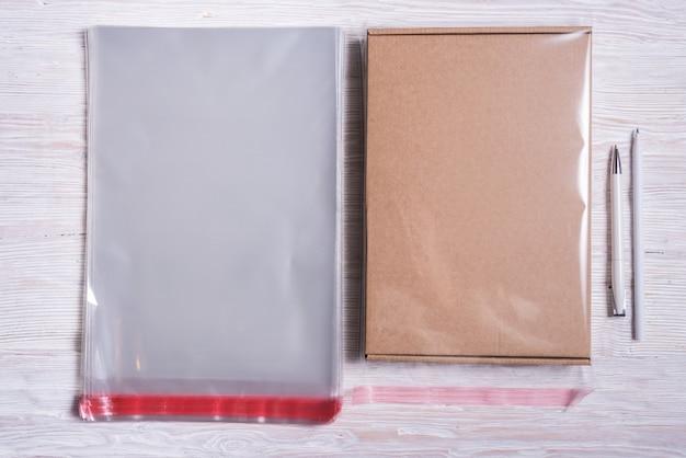 Bolsas de plástico transparente y caja de cartón.