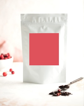 Bolsas de té de bayas de aluminio con etiqueta rosa para texto, espacio de copia de diseño de logotipo