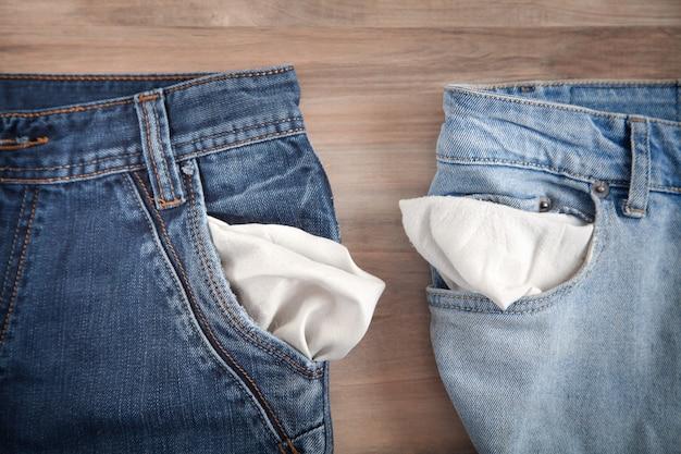 Bolsillo de jeans vacío. bancarrota. sin dinero