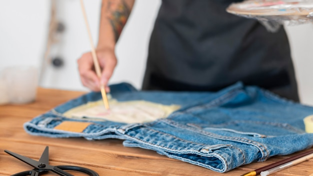Bolsillo de pantalones cortos de pintura a mano de primer plano