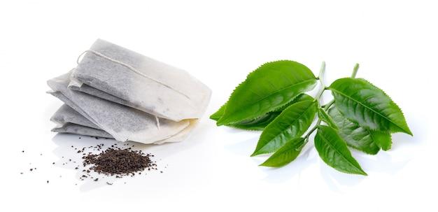 Bolsita de té y té aislado sobre fondo blanco.