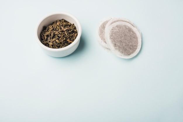 Bolsitas de té de pétalos sobre fondo azul
