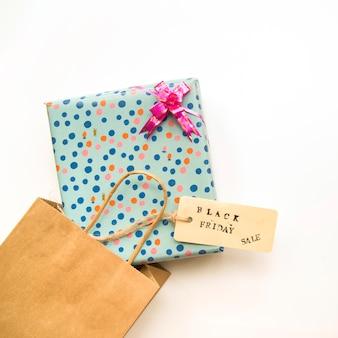 Bolso de compras artesanal con caja actual y etiqueta de venta.