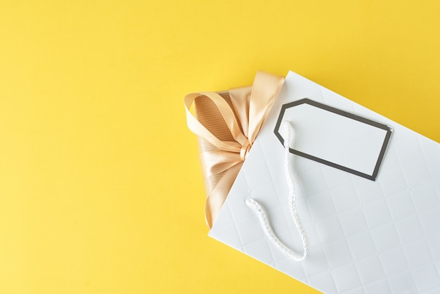 Bolso de compras blanco con caja de regalo en azul, vista superior
