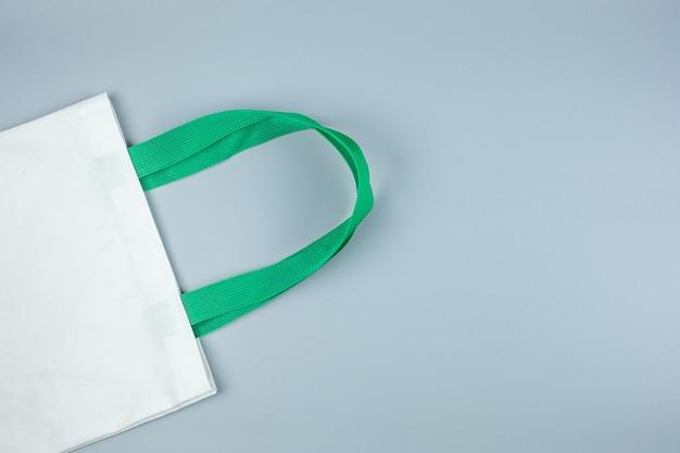 Bolso de compras ecológico en gris con espacio de copia de texto. protección del medio ambiente, cero residuos, reutilizable, decir no plástico, concepto del día mundial del medio ambiente y del día de la tierra