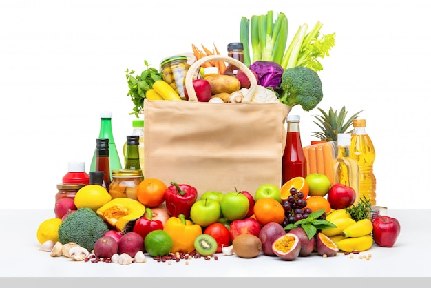 Bolso de compras lleno de frutas y verduras frescas con ingredientes variados.
