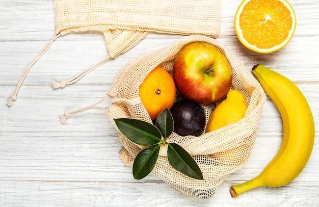 Bolso de compras de malla con frutas