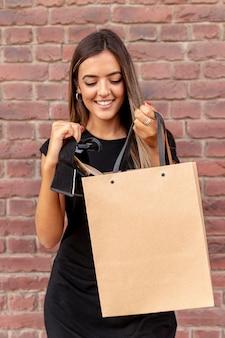 Bolso de compras de maquetas llevado por una mujer joven