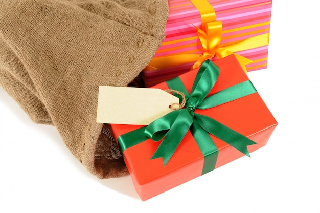 Bolso de correo o saco de santa lleno de regalos de navidad aislados sobre fondo blanco