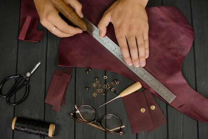 bolso de cuero artesano trabajando en un taller.