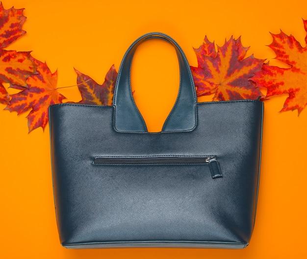 Bolso de cuero de hojas de otoño caídas