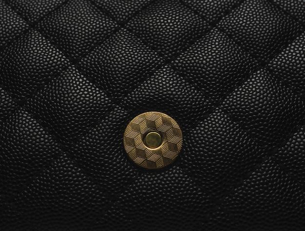 Bolso de cuero negro con cadena dorada