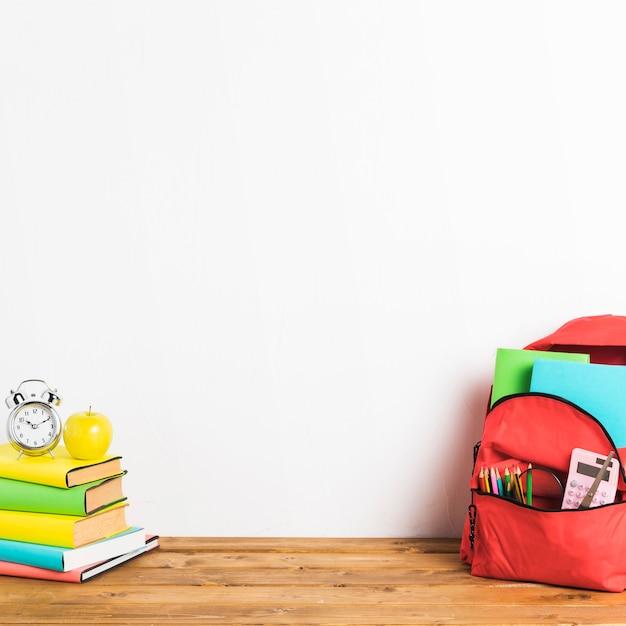 Bolso escolar y libros sobre la mesa.