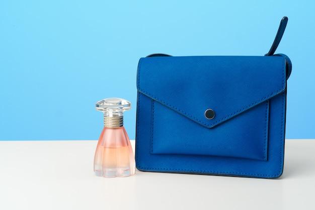 Bolso de mujer con accesorios vista superior plana