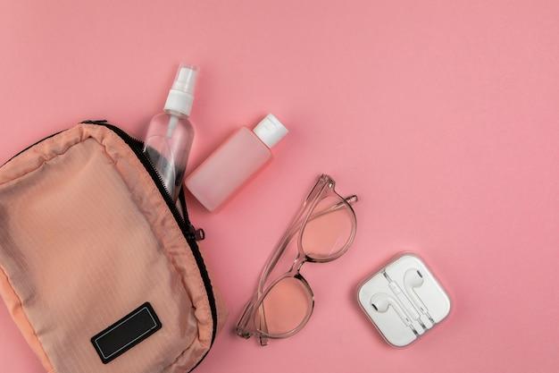 Bolso mujer y herramientas para viajar.