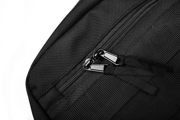 Bolso negro del aparejo del pecho en un fondo aislado blanco.