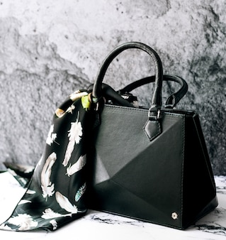 Un bolso negro con bufanda.