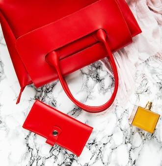 Bolso de piel roja y accesorios.