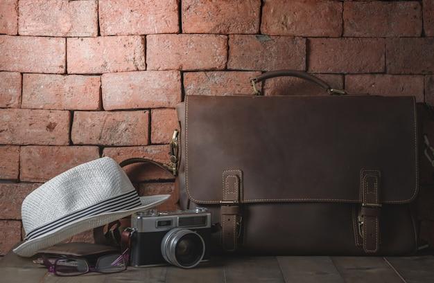 Bolso de piel vintage con cámara vintage.