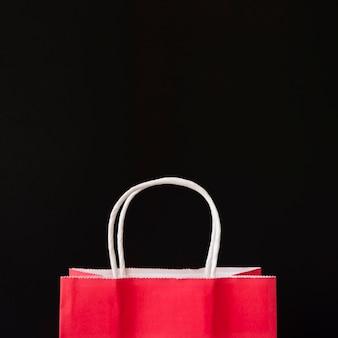 Bolso rojo en la mesa